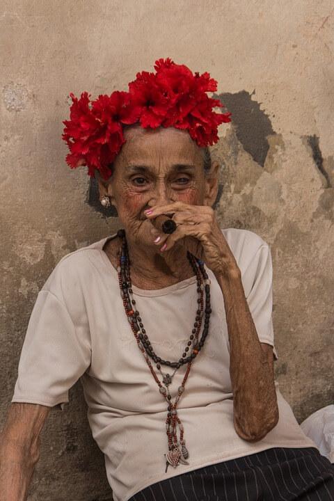 Fumer un cigare à La Havane.
