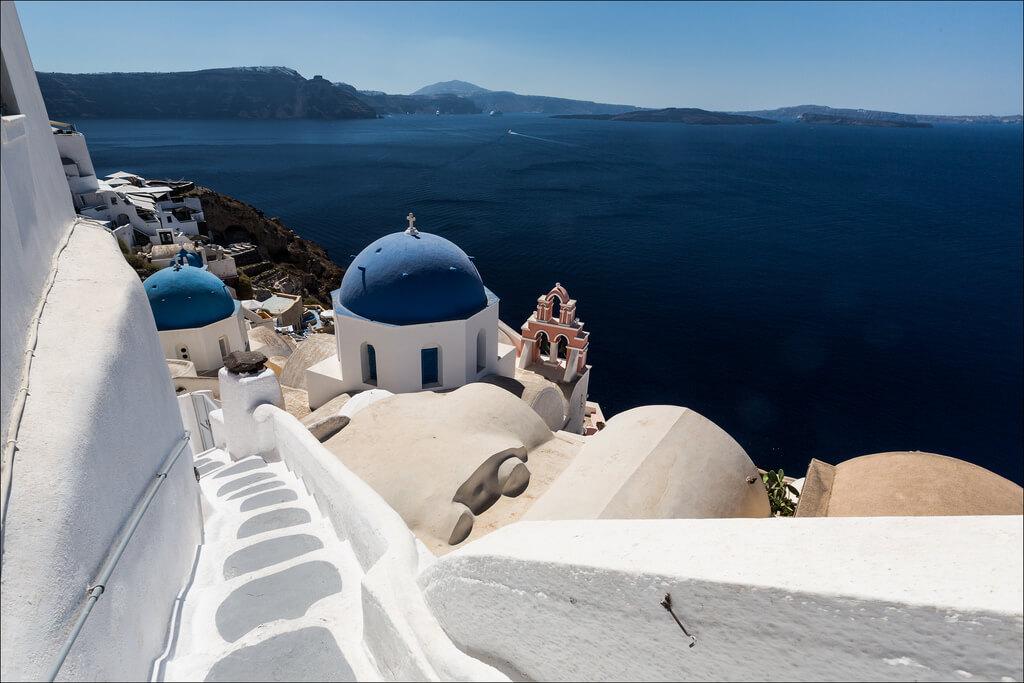 Raki, zonnetje, olijven, en het mooiste blauwwitte contrast ter wereld in Santorini, Griekenland.