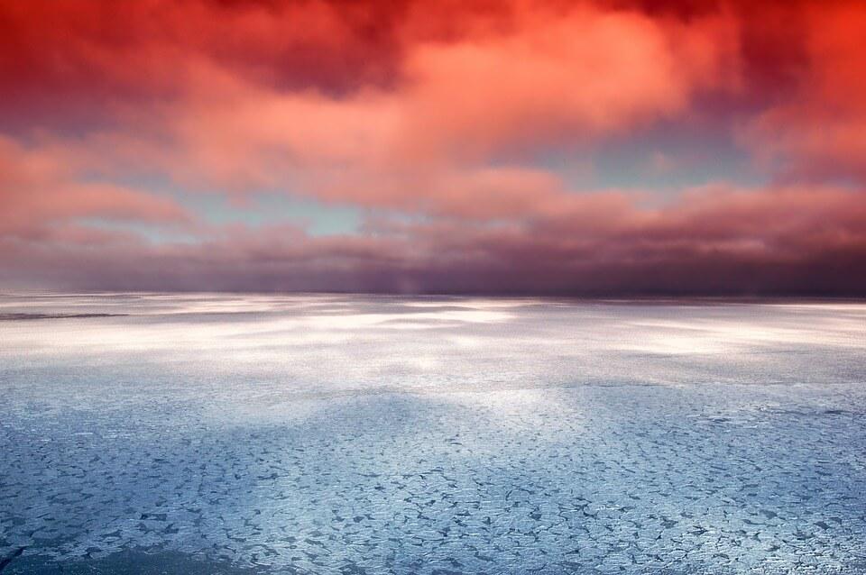De bevroren Hudson Bay (Canada) bij zonsondergang.